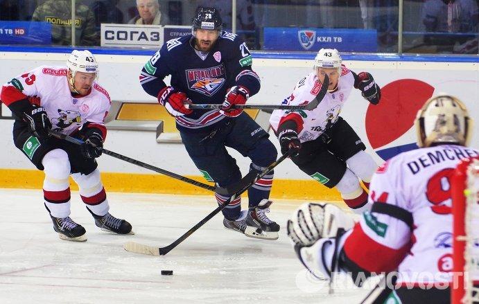 Нападающий Трактора Семен Кокуев, нападающий Металлурга Максим Якуценя и защитник Трактора Никита Хлыстов (слева направо).