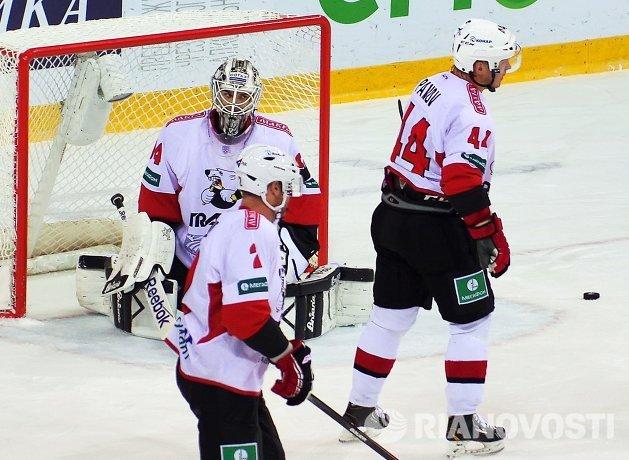 Вратарь Трактора Василий Демченко (слева) в матче регулярного чемпионата КХЛ