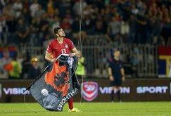 Футболист сборной Сербии Стефан Митрович срывает политический баннер на матче Сербия - Албания