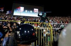 Сербские фанаты во время матча отборочного турнира Евро-2016 между Сербией и Албанией, остановленного из-за беспорядков на стадионе