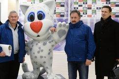 Инспектора фотографируются с талисманом Универсиады-2013 во время инспекционного визита FIFA и Оргкомитета Россия-2018 на Казань Арену