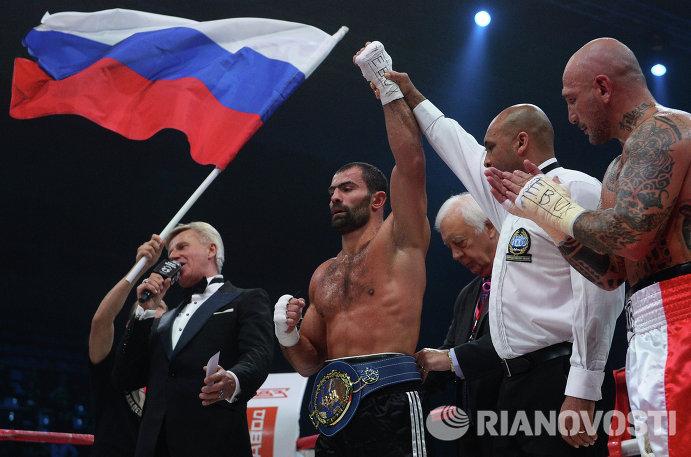 В центре: Рахим Чахкиев (Россия) после победы над Джакоббе Фрагомени (Италия)