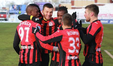 Игроки ФК Амкар (Пермь) радуются забитому голу.
