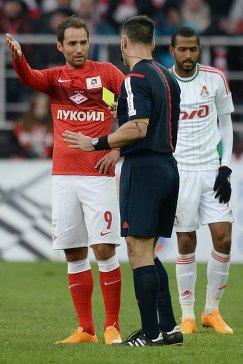 Игрок Спартака Роман Широков (слева)