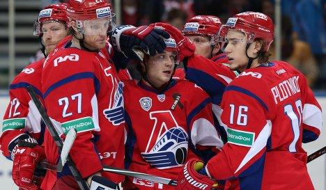 Хоккеисты Локомотива радуются заброшенной шайбе.