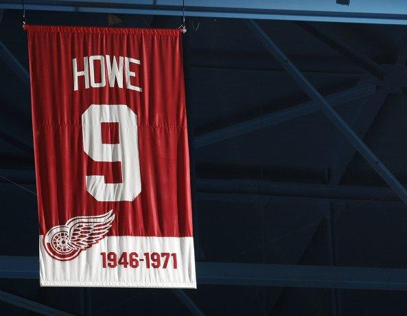 Свитер Горди Хоу, поднятый под своды арены в честь вывода из обращения номера 9 клубом Детройт Ред Уигнз, 2010 год