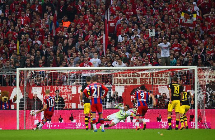 Полузащитник Баварии Арьен Роббен забивает решающий гол в ворота Боруссии с пенальти