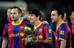 Андрес Иньеста, Лионель Месси и Хави (слева направо) представляют на Камп Ноу второй Золотой мяч, полученный Лионелем Месси, 2011 год