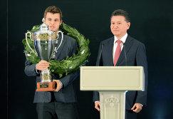 Президент ФИДЕ Кирсан Илюмжинов (справа) и чемпион мира по шахматам, норвежец Магнус Карлсен