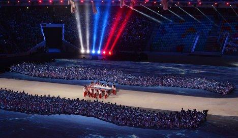Вынос российского флага во время церемонии закрытия