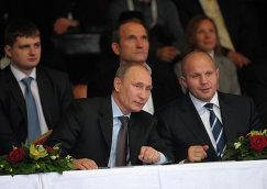 Президент России Владимир Путин (слева на первом плане) и многократный чемпион мира по боям без правил и боевому самбо Федор Емельяненко