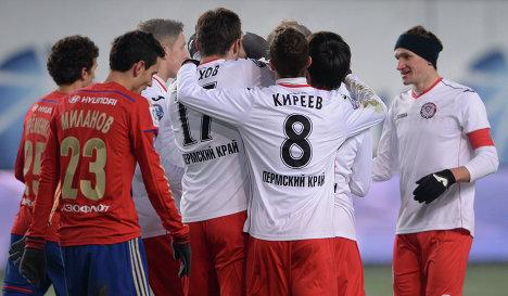 Футболисты Амкара радуются забитому мячу в ворота ЦСКА