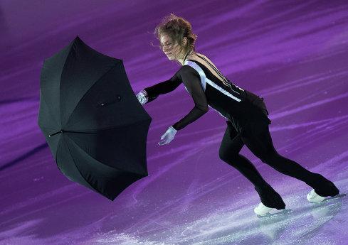 Юлия Липницкая (Россия) выступает в показательных выступлениях финала Гран-при по фигурному катанию в Барселоне, Испания