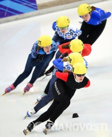 Евгения Захарова (на первом плане) на дистанции 1500 м