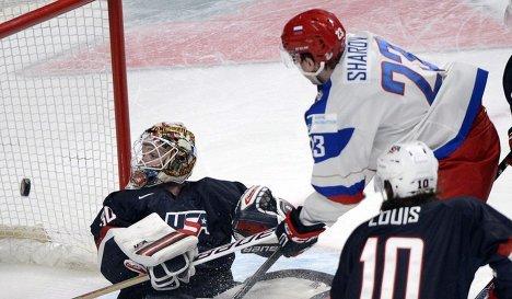 Форвард молодежной сборной России Александр Шаров забрасывает шайбу в ворота сборной США