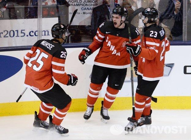 Хоккеисты молодежной сборной Канады Дарнелл Нурс, Макс Доми и Сэм Райнхарт (слева направо)