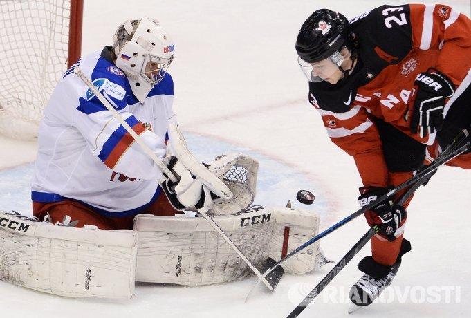Вратарь сборной России Илья Сорокин (слева) и форвард сборной Канады Сэм Райнхарт