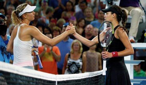 Мария Шарапова и Ана Иванович после окончания финального матча на теннисном турнире в Брисбене