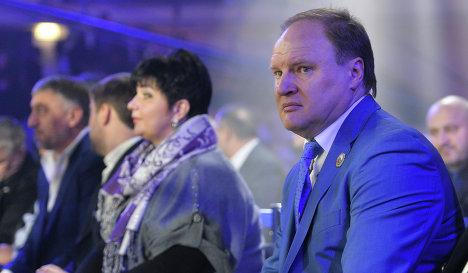 Промоутер Владимир Хрюнов наблюдает за ходом боксерских поединков.