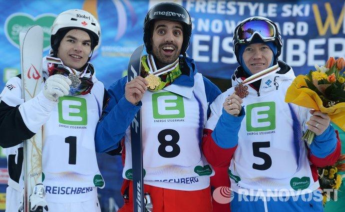 Майкл Кингсбери (Канада), завоевавший серебряную медаль, Антони Бенна (Франция), завоевавший золотую медаль, Александр Смышляев (Россия), завоевавший бронзовую медаль (слева направо)