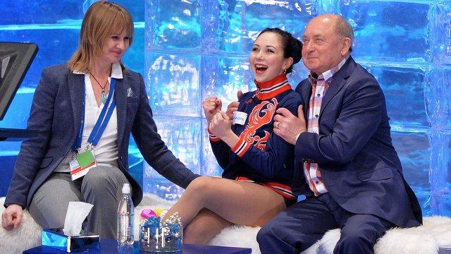 В центре: Елизавета Туктамышева (Россия) с тренером Алексеем Мишиным