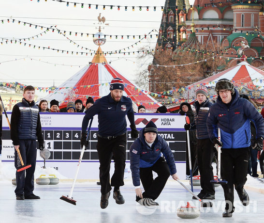 Команда США скипа Крэйга Брауна на турнире по керлингу под открытым небом Red Square Classic