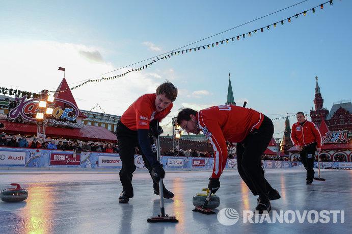 Команда США скипа Бреди Кларка на турнире по керлингу под открытым небом Red Square Classic