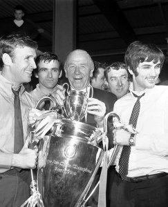 Пэт Креранд, Мэтт Басби и Джордж Бест с Кубком европейских чемпионов после победы Манчестер Юнайтед в розыгрыше сезона-1967/68