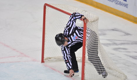Судья во время хоккейного матча