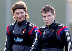 Футболисты ЦСКА Алибек Алиев (слева) и Евгений Гапон во время тренировочного сбора
