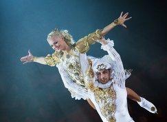 Фигуристы Брайан Жубер в роли Принца и Катарина Гербольдт в роли Принцессы выступают на закрытом премьерном показе шоу Снежный король