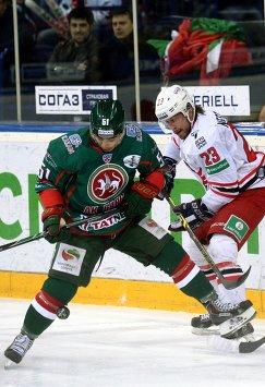 Форвард Ак Барса Джастин Азеведо (слева) и игрок Автомобилиста Александр Нестеров