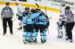 Игроки Сибири радуются заброшенной шайбе