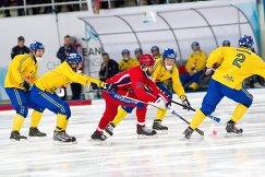 Полузащитник сборной России Алан Джусоев (в центре) в окружении шведских бендистов