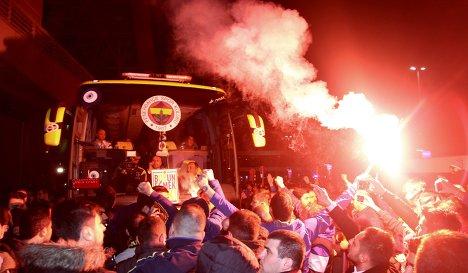 Болельщики Фенербахче встречают автобус стамбульского футбольного клуба