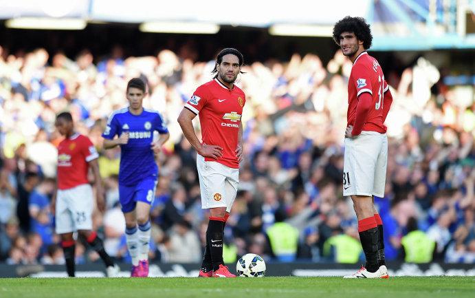 Футболисты Манчестер Юнайтед Фалькао и Маруан Феллайни (слева направо на первом плане)
