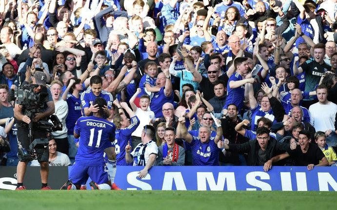 Футболисты Челси Эден Азар и Дидье Дрогба радуются забитому мячу