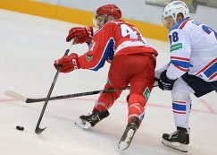 Защитник ЦСКА Чад Биллинс (слева) и форвард Лады Денис Голубев