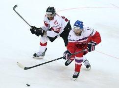 Нападающие сборной Чехии Иржи Новотны (справа) и сборной Швейцарии Андрес Амбюль