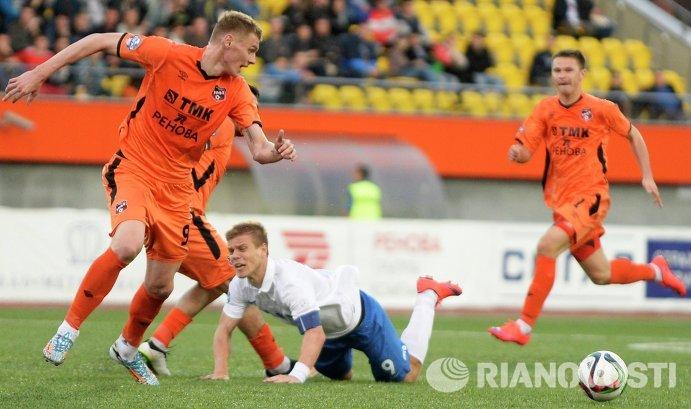 Нападающий Динамо Александр Кокорин (в бело-голубой форме)