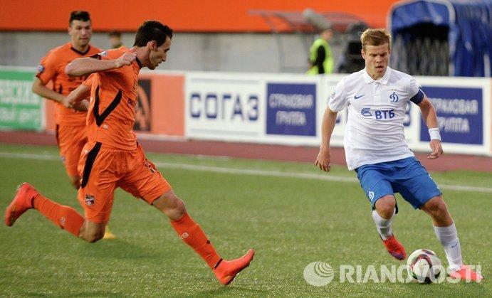 Защитник Урала Пабло Эсекьель Фонтанельо (слева) и нападающий Динамо Александр Кокорин