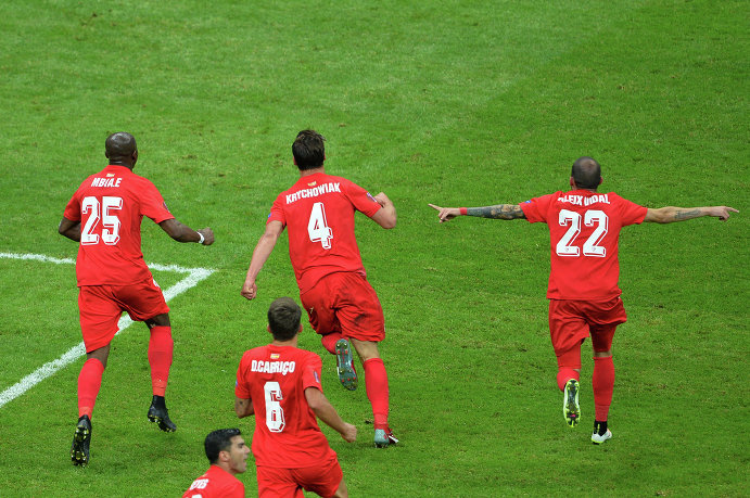 Игроки Севильи радуются забитому голу
