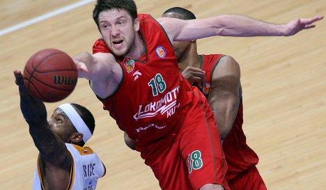 Защитник БК Химки Тайрис Райс (слева) и защитник БК Локомотив-Кубань Евгений Воронов