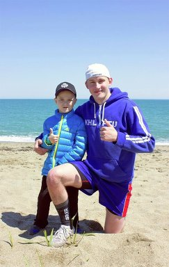 Хоккеист Сахалинских Акул с ребенком
