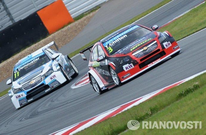 Слева направо: гонщик команды Craft Bamboo Грегуар Демустье (Франция) и гонщик команды Roal Motorsport Том Чилтон (Великобритания)