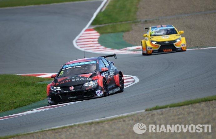 Слева направо: гонщик Zengo Motorsport Норберт Мичелис (Венгрия) и гонщик команды Lada Sport Rosneft Роб Хафф (Великобритания)