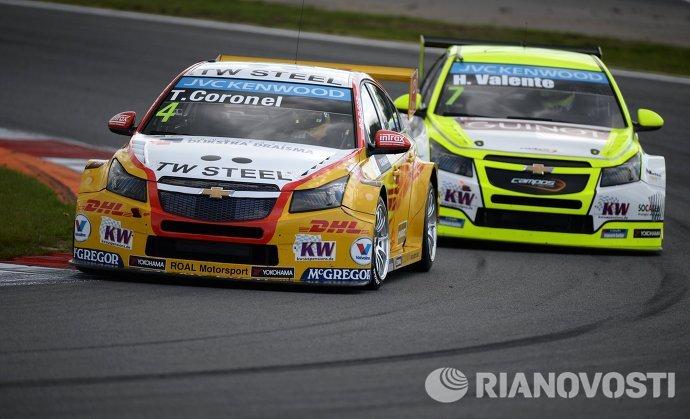 Слева направо: гонщик команды Roal Motorsport Том Коронел (Нидерланды) и гонщик команды Campos Racing Юго Валент (Франция)