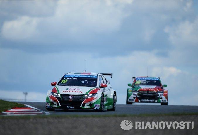 Слева направо: гонщик команды Honda Racing Team JAS Тьягу Монтеиру (Португалия) и гонщик команды Roal Motorsport Меди Беннани (Марокко)