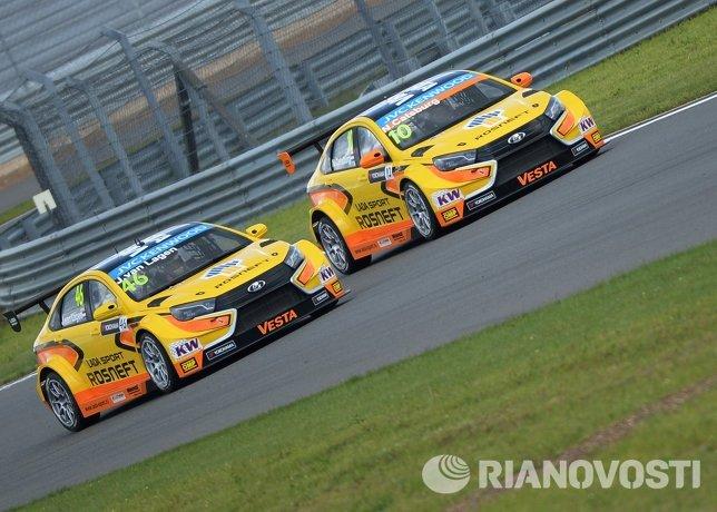 Слева направо: гонщики команды Lada Sport Rosneft Йап ван Лаген и Ник Катсбург (Нидерланды)