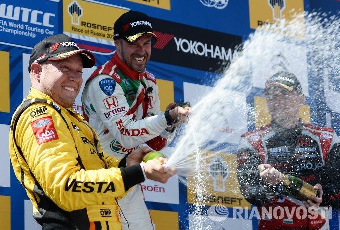 Слева направо: гонщик команды Lada Sport Rosneft Роб Хафф (Великобритания), гонщик команды Honda Racing Team JAS Тьягу Монтеиру (Португалия) и гонщик Zengo Motorsport Норберт Мичелис (Венгрия)